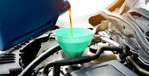 Einfüllen von Getriebeöl mit Trichter